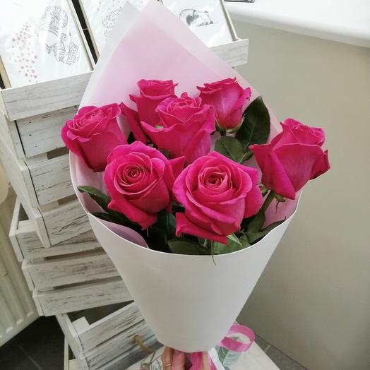 7 ярко розовых роз с оформлением