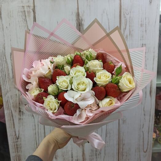 Красивый букет с клубникой и цветами