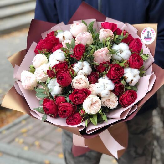 Шикарный букет из пионовидных роз с хлопком