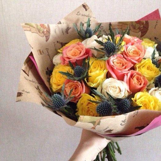 Микс роз с эрингиумом: букеты цветов на заказ Flowwow