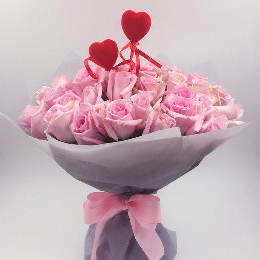 Букет из 25 розовых роз Джессика с сердцами: букеты цветов на заказ Flowwow