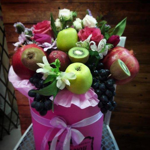 Шляпная коробка с фруктами и цветочной композицией: букеты цветов на заказ Flowwow
