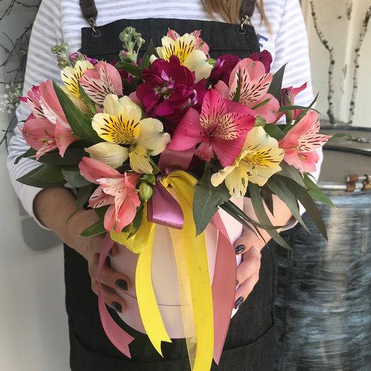 Цилиндр с альстромериями: букеты цветов на заказ Flowwow
