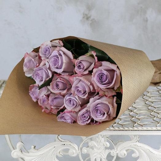 Букет из 15 сиреневых роз в крафте