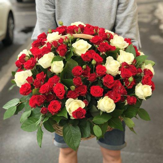 Корзины с цветами. Розы Белые. Кустовые розы N188: букеты цветов на заказ Flowwow
