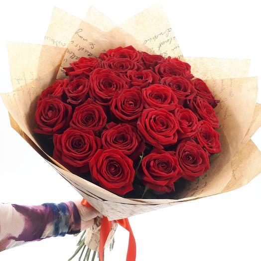 красных роз в крафте