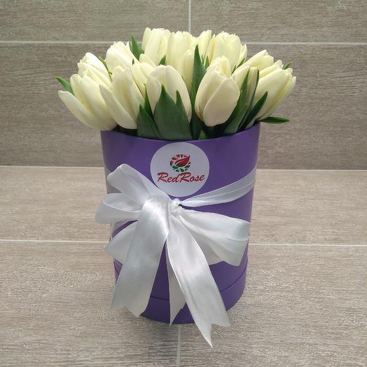25 белых тюльпанов в шляпной коробке: букеты цветов на заказ Flowwow