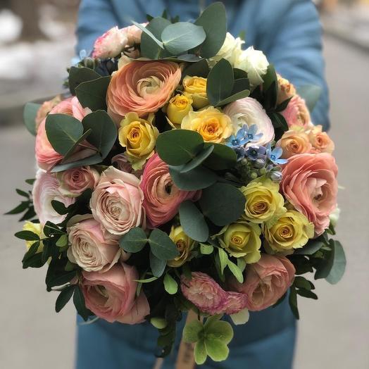 Букет с ранункулюсами и розами: букеты цветов на заказ Flowwow