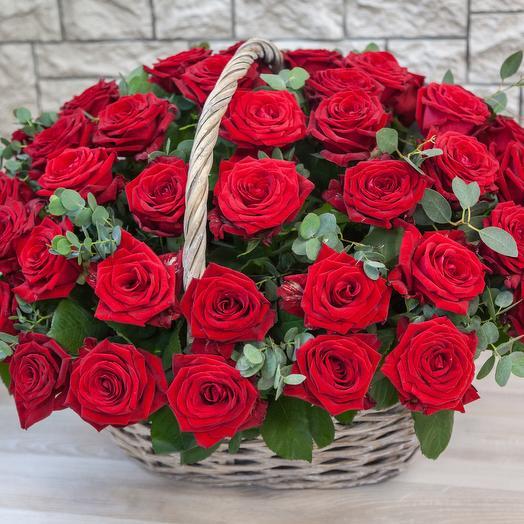 Корзина с 51 красными розами: букеты цветов на заказ Flowwow