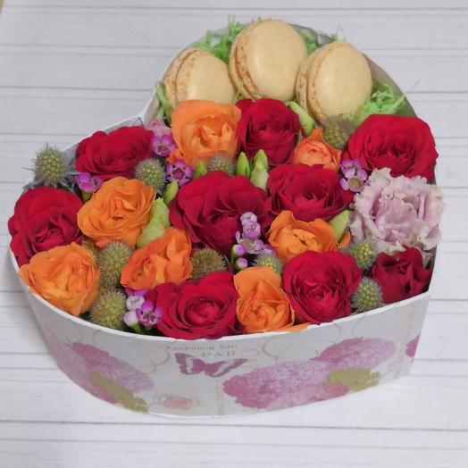 Коробочка с цветами и макарони: букеты цветов на заказ Flowwow