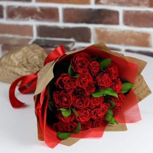 Розы. Букет из 19 красных роз с рускусом. N658: букеты цветов на заказ Flowwow