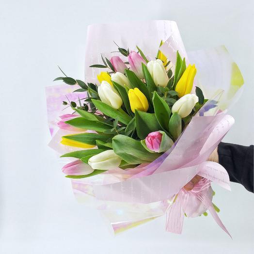 Букет 15 тюльпанов и эвкалипт