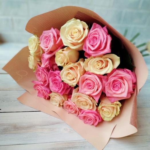 19 роз в крафте микс