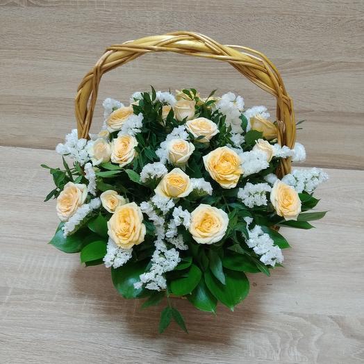 Корзина с кремовыми розами и статицей