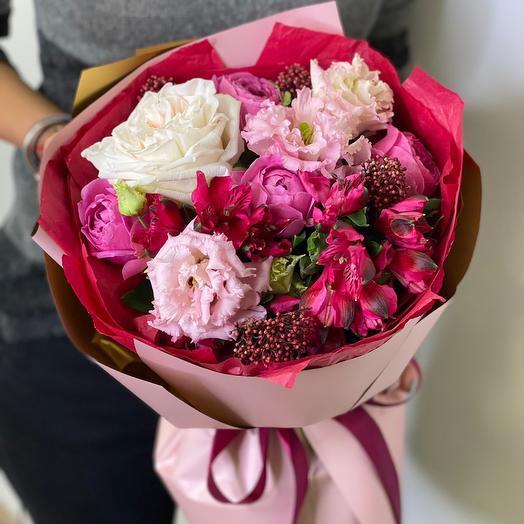 Букет из альстромерии, кустовой пионовидной и одноголовой розы, скиммии и эустомы Монмантр