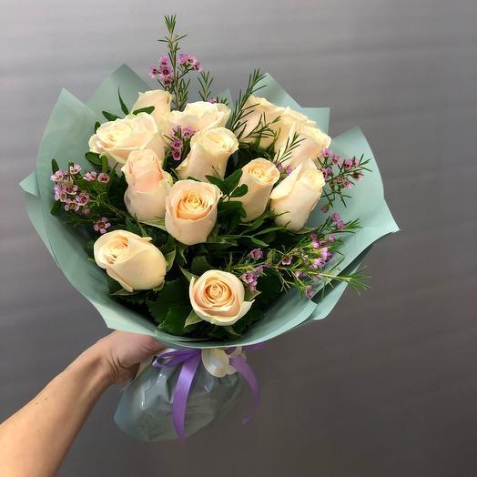 Кремовые Розы с веточкой зелени