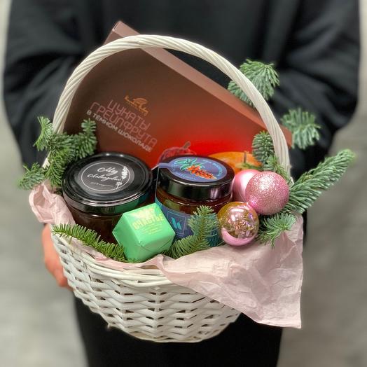 Новогодний набор с цукатами грейпфрута в Горьком шоколаде, крымским мёдом и конфитюром в плетеной корщинке