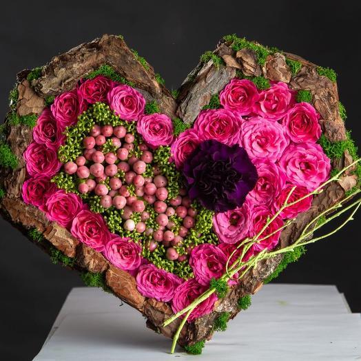 Сердце с цветами и мхом в раме из коры