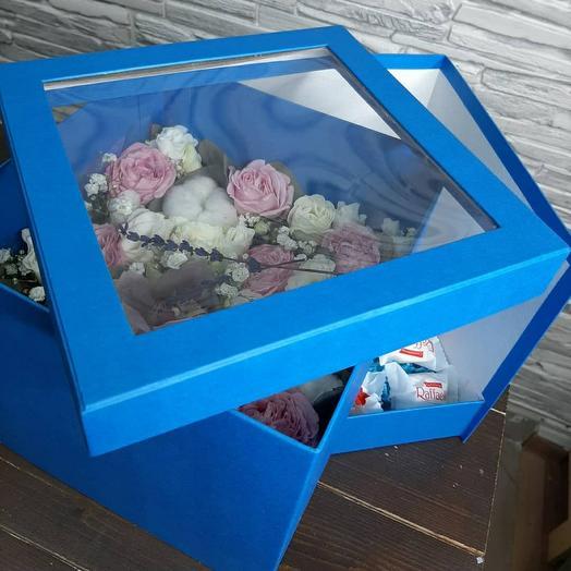 Цветы в коробке и сладостями