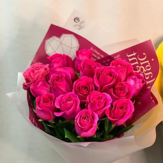Букет из 17 розовых роз в дизайнерской упаковке