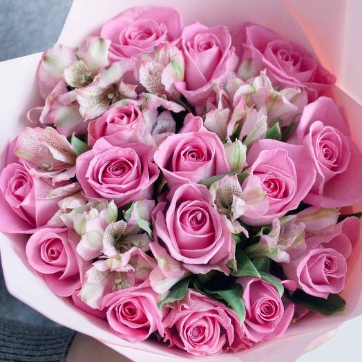 Букет из 15 розовых роз (Кения) Standart и 7 розовых альстромерий в розовой пленке