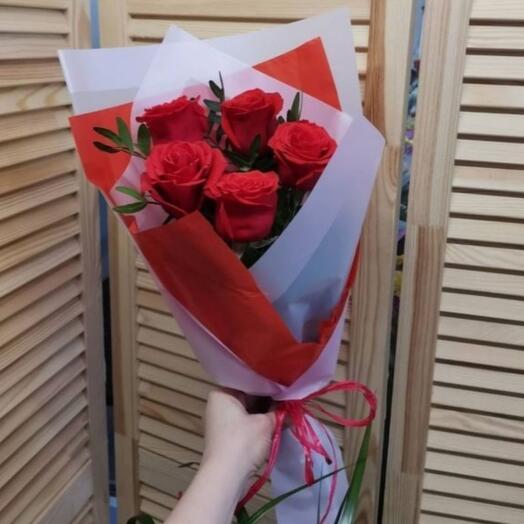 Букет на 8 марта из пяти красных роз