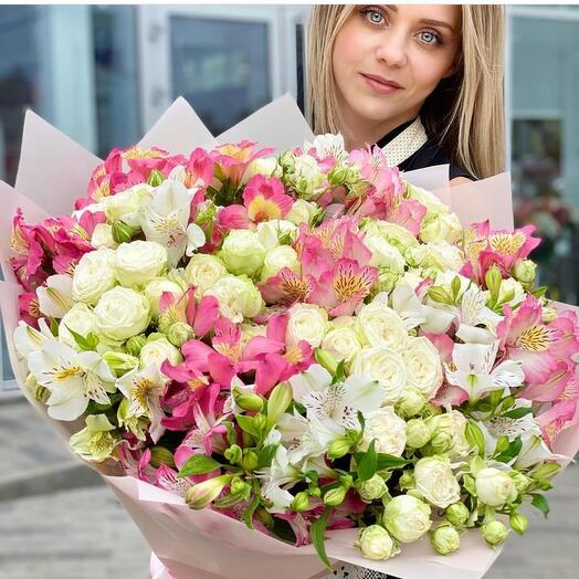 A chic bouquet of bush roses and alstroemeria