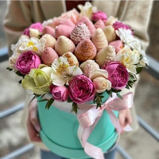 Клубника и цветы 💐