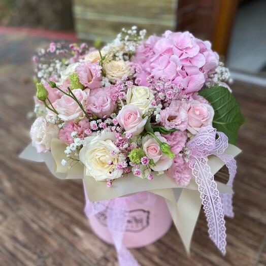 Шляпная коробка с гортензией и розами