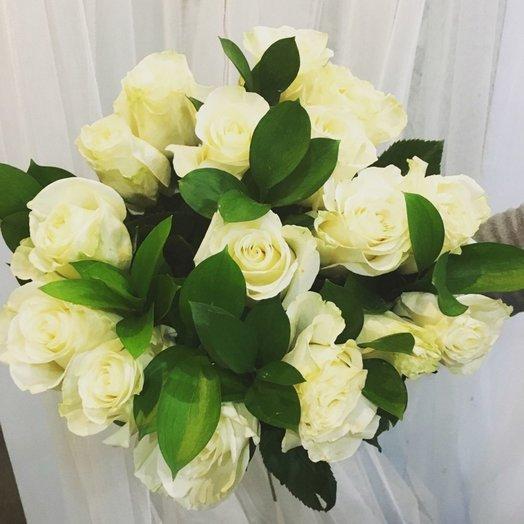 Классический букет из белых роз с зеленью