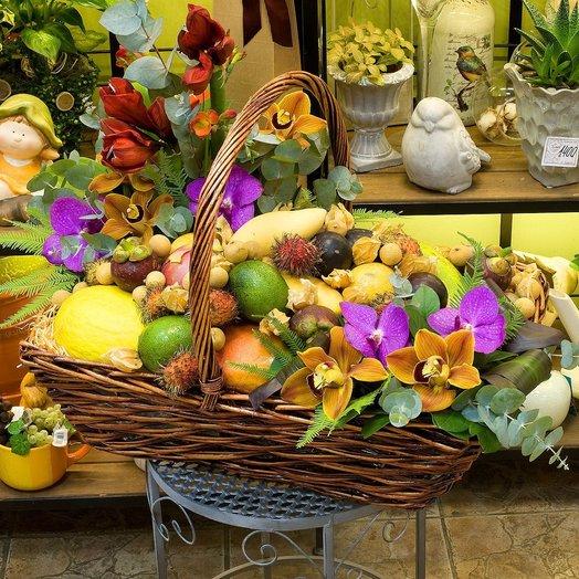Корзина с фруктами и цветами Экзотический Бангкок: букеты цветов на заказ Flowwow