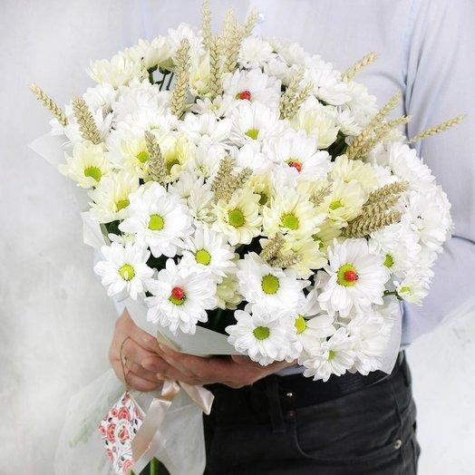 Букет из 15 хризантем с божьими коровками и пшеницей: букеты цветов на заказ Flowwow