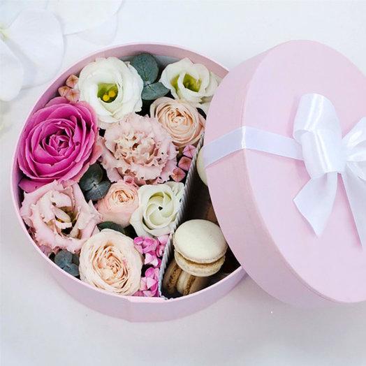 Розовая Коробка с цветами и макарунсами
