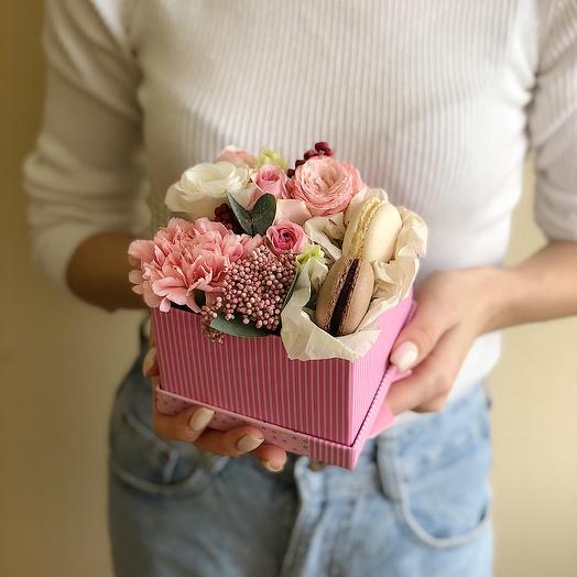 Mini box с пирожными: букеты цветов на заказ Flowwow