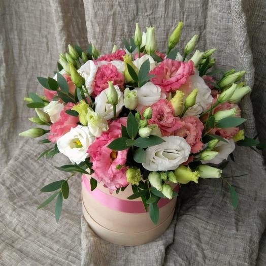 Коробка с Лизиантусами: букеты цветов на заказ Flowwow