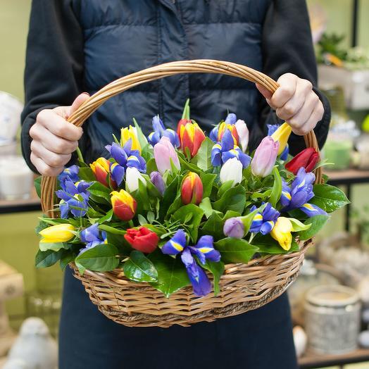 """Корзина из разноцветных тюльпанов и ирисов """"За пол часа до весны"""""""