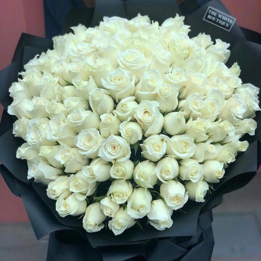 101 роза в чёрной пленке
