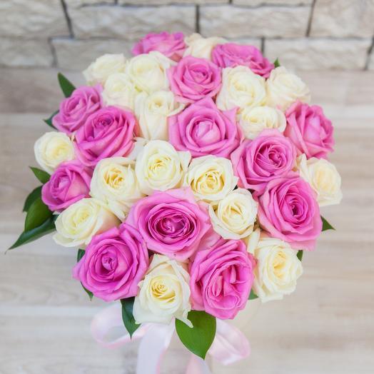 Коробка из 29 белых и розовых роз