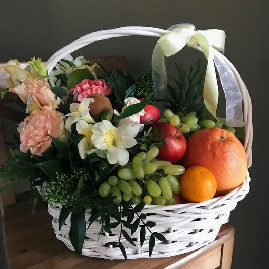 Подарочная корзина с фруктами: букеты цветов на заказ Flowwow