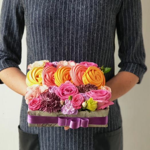 Очаровательная композиция из роз и разноцветного безе Романтика: букеты цветов на заказ Flowwow