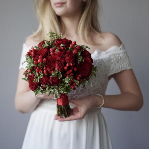 Букет невесты с миксом красных роз и гиперикумом