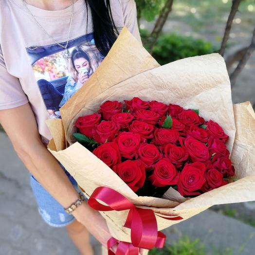 ✅ Букет 25 красных роз в крафт бумаге
