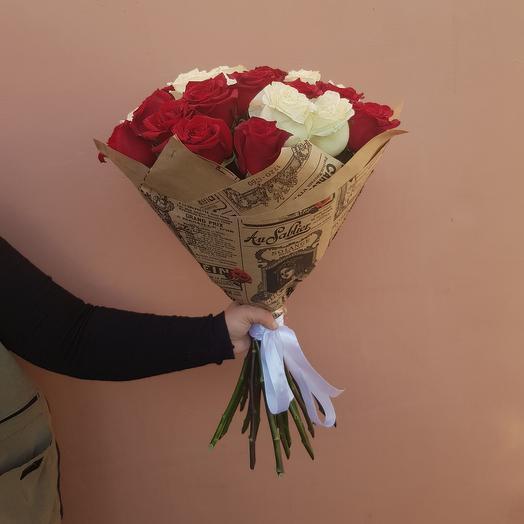 Микс из белых и красных роз в крафте