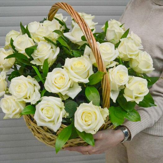 Корзина с 25 белыми розами