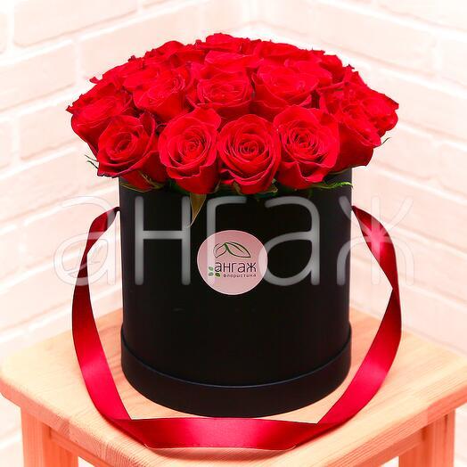 Красные розы в черной шляпной коробочке