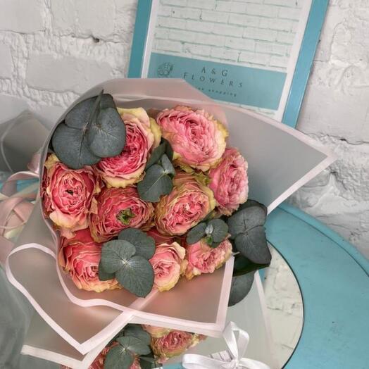 9 пионовидных роз
