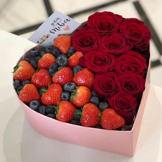 Коробка сердце с ягодами