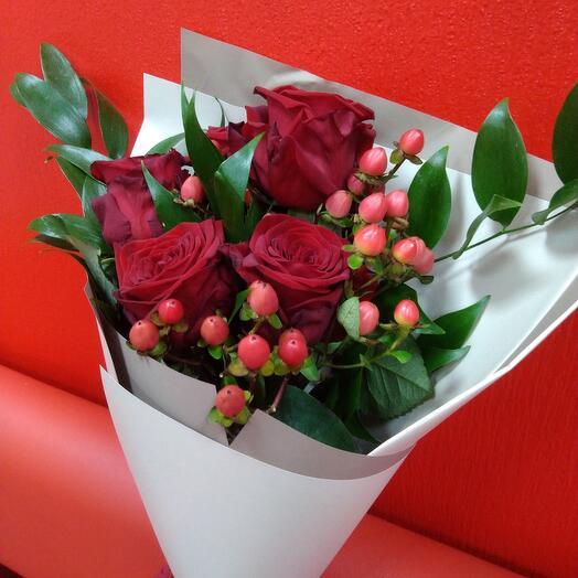 Букет из 5 красных роз с гиперикумом и зеленью