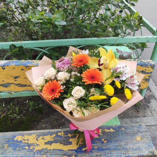 Яркий букет с орхидеей и мини герберами