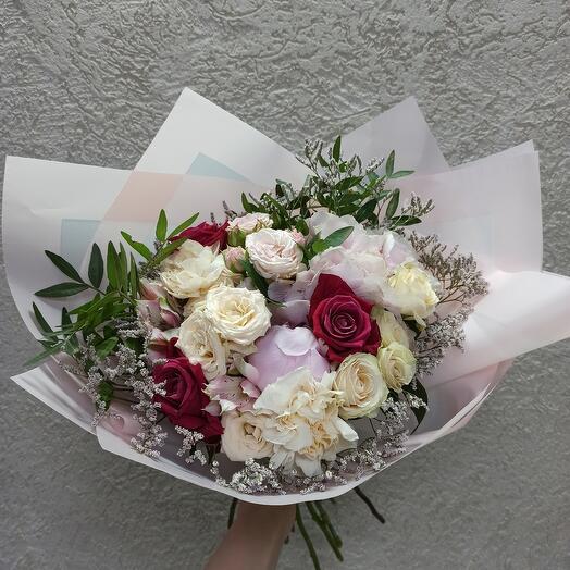Красивый букет с пионом, гортензией и цветами